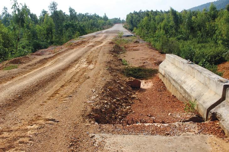 Quốc lộ 12A, đoạn Khe Ve - Cha Lo (tỉnh Quảng Bình) tiềm ẩn nguy cơ mất an toàn giao thông và không đáp ứng được nhu cầu vận tải ngày càng tăng cao. Ảnh: Uông Tân