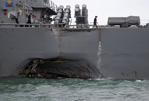 Sau vụ va chạm hôm 21/8,tàuUSS John S. McCain bị thủng mạn trái. Ảnh:Reuters.