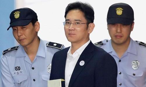 Ông Lee Jae-yong trên đường đến tòa án sáng nay. Ảnh:Reuters