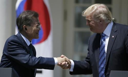 Tổng thống Mỹ Donald Trump (phải) bắt tay người đồng cấp Hàn Quốc Moon Jae-in tại Nhà Trắng hồi tháng 7. Ảnh:Reuters.