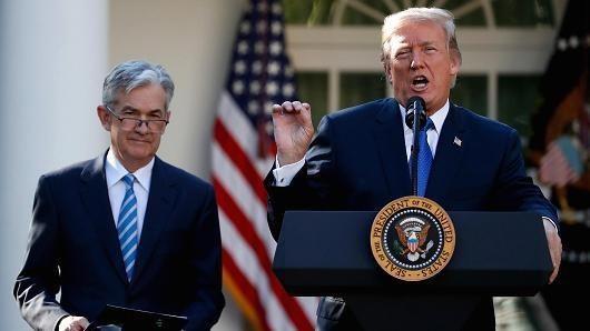Tổng thống Mỹ Donald Trump (phải) và ông Jerome Powell. (Nguồn: Reuters)