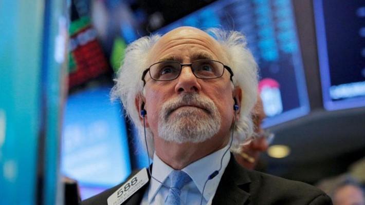 Một nhà giao dịch chứng khoán trên sàn NYSE ở New York, Mỹ ngày 14/3 - Ảnh: Reuters.