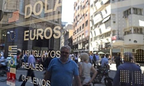 Bên ngoài một bảng tỷ giá trên đường phố Argentina. Ảnh: AFP