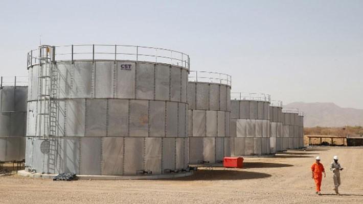 Những thùng chứa dầu tại một mỏ dầu ở Kenya - Ảnh: Reuters.