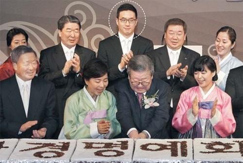 Koo Kwang-moo (giữa) cùng các thành viên trong gia đình. Ảnh:Chosun Ilbo