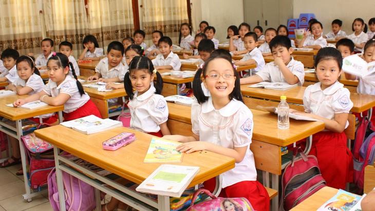 Gói thầu cung cấp bàn ghế học sinh, bàn ghế giáo viên và bàn đọc sách, bảng chống lóa, tủ các loại giao cho các trường học ở tỉnh Đắk Nông, yêu cầu giao hàng chỉ trong 20 ngày