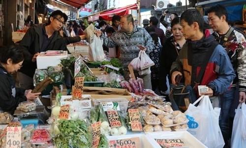 Người dân mua sắm tại một khu chợ ở Nhật Bản. Ảnh:AFP
