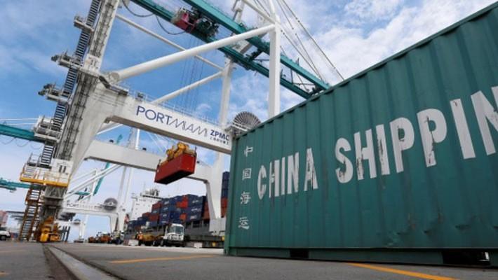 Những container hàng hóa đang được dỡ khỏi tàu tại một bến cảng ở Miami, Mỹ - Ảnh: Reuters.