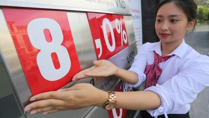 Theo Thống đốc Ngân hàng Nhà nước, hiện nay số lượng tổ chức tín dụng tương đối nhiều, chất lượng tổ chức tín dụng chưa phải đồng đều, vì vậy trần lãi suất huy động VND dưới 6 tháng được duy trì ở mức hợp lý, bám sát cung cầu thị trường cũng có tác dụng g