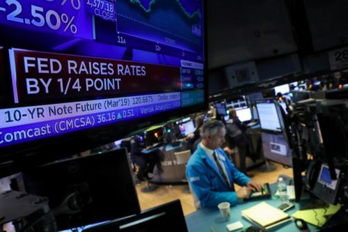 Màn hình hiển thị tin Fed nâng lãi đặt tại Sàn chứng khoán New York. Ảnh:Reuters