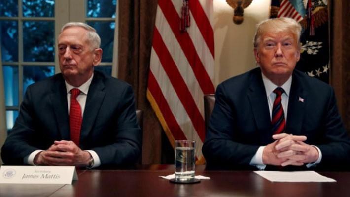 Bộ trưởng Bộ Quốc phòng Mỹ Jim Mattis và Tổng thống Donald Trump tại một cuộc họp báo ở Nhà Trắng hôm 23/12 - Ảnh: Reuters.