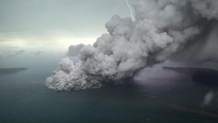 Nằm giữa hai đảo Java và Sumatra, núi lửa Anak Krakatau đã phun tro bụi và nham thạch suốt nhiều tháng nay - Ảnh: Reuters.