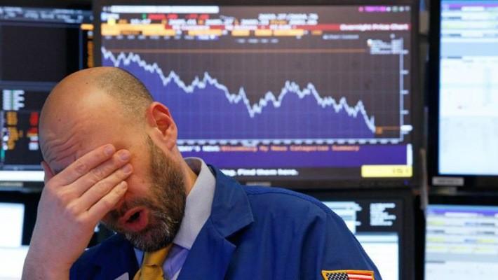 Một nhà giao dịch cổ phiếu trên sàn NYSE ở New York - Ảnh: Reuters.