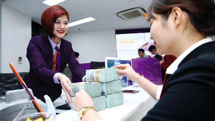 Lãi suất tiền gửi của các ngân hàng thương mại, đặc biệt là lãi suất của các kỳ hạn dài, đã tăng lên đáng kể. Ảnh: Nhã Chi