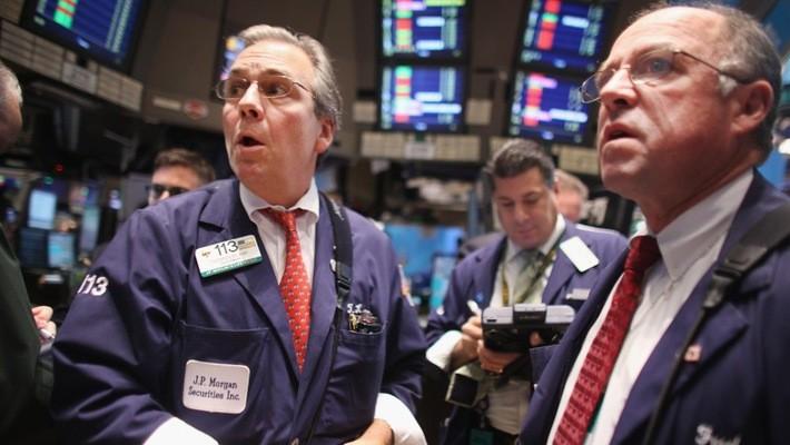 Các nhà giao dịch cổ phiếu trên sàn NYSE ở New York, Mỹ - Ảnh: Reuters.
