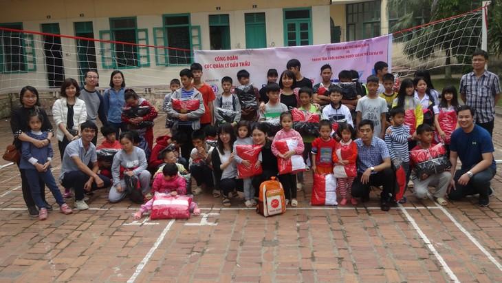 Đoàn thiện nguyện của Cục Quản lý đấu thầu trao quà cho trẻ em có hoàn cảnh đặc biệt tại Trung tâm Bảo trợ xã hội số 4 của Hà Nội