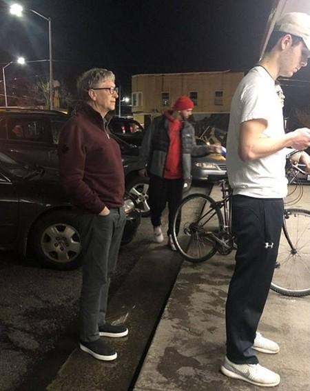 Bill Gates xếp hàng chờ gọi đồ tại Dick's. Ảnh:Mike Galos