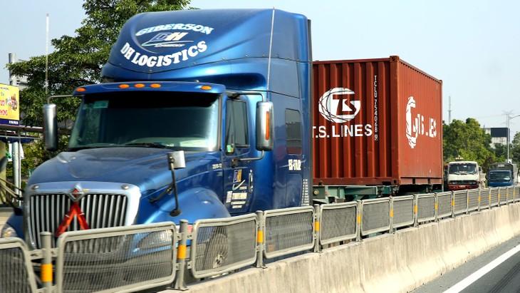 Hàng hóa chủ yếu được vận tải bằng đường bộ là một trong những nguyên nhân khiến chi phí logistics của doanh nghiệp bị đẩy lên cao. Ảnh: Tiên Giang