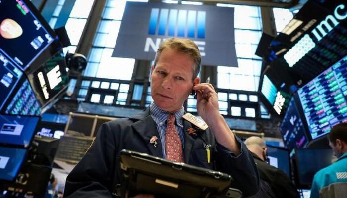 Một nhà giao dịch cổ phiếu trên sàn NYSE ở New York, Mỹ - Ảnh: Reutes.