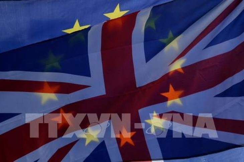 Cờ Anh (phía trước) và cờ EU (phía sau) tại thủ đô London, Anh. Ảnh: THX/ TTXVN