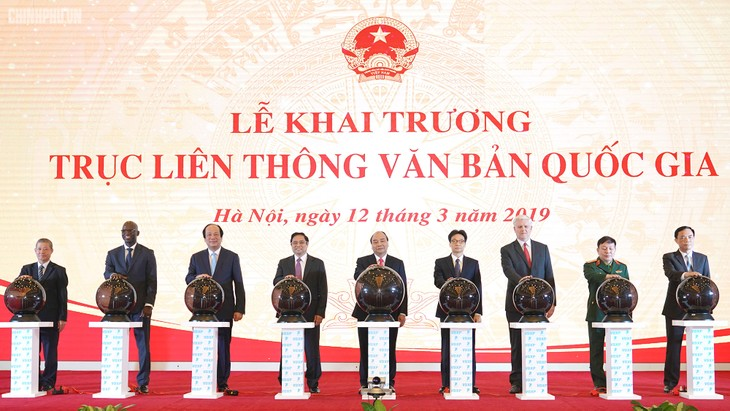 Thủ tướng Chính phủ Nguyễn Xuân Phúc và lãnh đạo, đại diện một số cơ quan, tổ chức quốc tế cùng ấn nút khai trương Trục liên thông văn bản quốc gia. Ảnh: Cao Dung