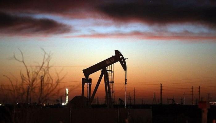 Tuy nhiên, ở thời điểm hiện tại, giá dầu vẫn đang chịu áp lực từ sự giảm tốc của nền kinh tế toàn cầu và nguồn cung dầu dồi dào của Mỹ - Ảnh: Reuters/CNBC.