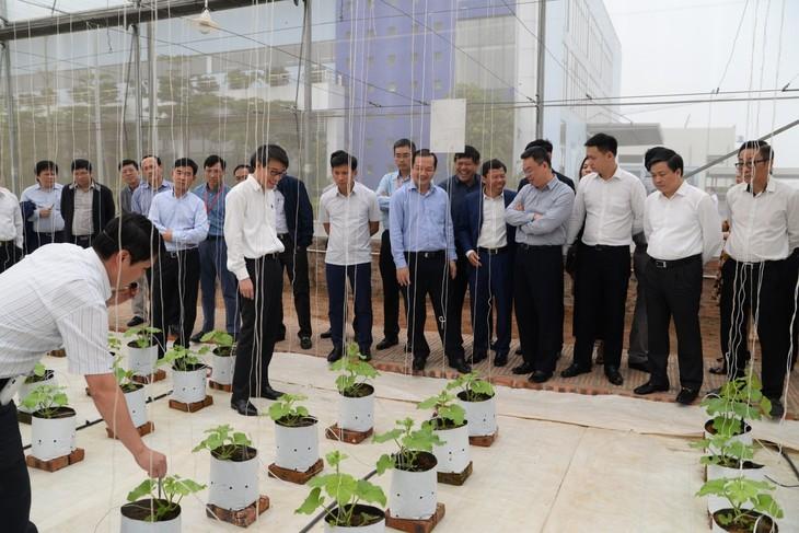 Ông Phạm Đức Long - Tổng giám đốc Tập đoàn VNPT và Lãnh đạo Công ty VNPT Technology dẫn đoàn cán bộ lớp dự nguồn BCH Đảng bộ khối DNTW Nhiệm kỳ 2015-2020 và 2020-2025 tham quan mô hình trồng rau ứng dụng giải pháp Smart Agriculture tại khu Công nghệ Công