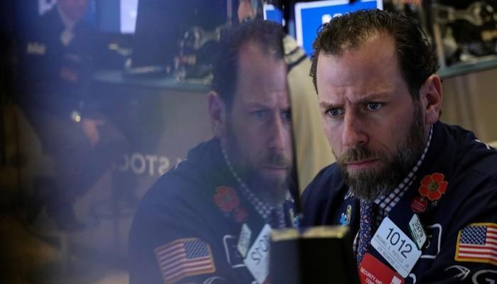 Một nhà giao dịch cổ phiếu trên sàn NYSE ở New York, Mỹ, phiên ngày 22/3 - Ảnh: Reuters.