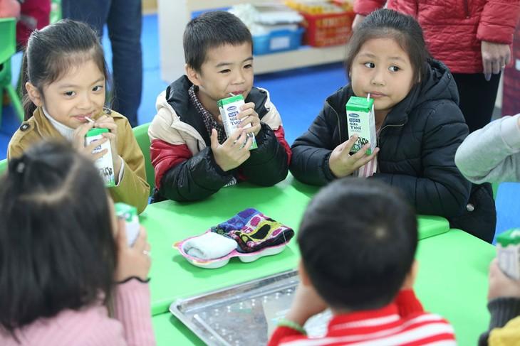 Giờ uống sữa học đường đang dần trở thành một thói quen và niềm yêu thích của trẻ