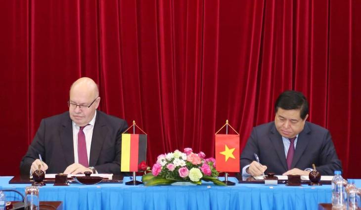 Bộ trưởng Bộ Kế hoạch và Đầu tư Nguyễn Chí Dũng (phải) và Bộ trưởng Bộ Kinh tế và Năng lượng CHLB Đức Peter Altmaier ký Tuyên bố chung về Chương trình hợp tác đào tạo doanh nghiệp giai đoạn 2019 – 2021. Ảnh: Đức Trung
