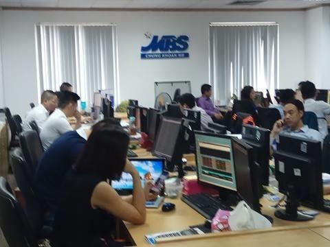 Giao dịch chứng khoán tại Công ty cổ phần Chứng khoán MB- MBS. Ảnh: Văn Giáp/BNEWS/TTXVN