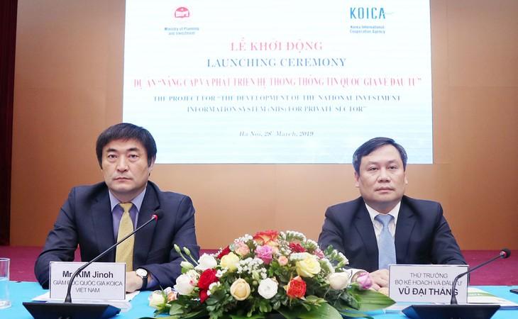 Thứ trưởng Bộ KH&ĐT Vũ Đại Thắng (bên phải) và Giám đốc KOICA tại Việt Nam Kim Jinoh chủ trì Lễ khởi động Dự án. Ảnh: Đức Trung