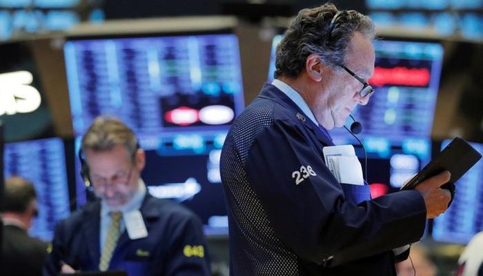 Nhân viên giao dịch trên Sàn chứng khoán New York - Ảnh: Reuters.