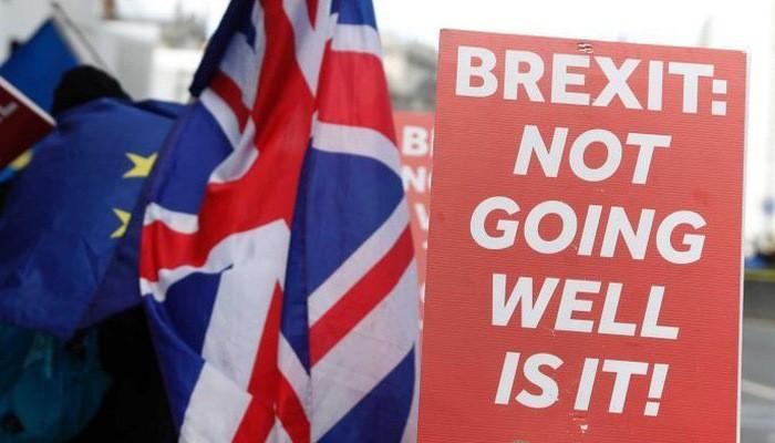 """Người biểu tình giơ một biểu ngữ với nội dung: """"Brexit đang không ổn đúng không?"""" trên đường phố London - Ảnh: Reuters."""