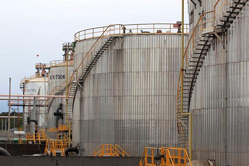 Các thùng chứa dầu ở Colombia. Ảnh:Reuters