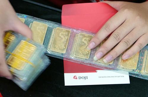 Giá vàng miếng trong nước hiện cao hơn thế giới khoảng 200.000 đồng một lượng.
