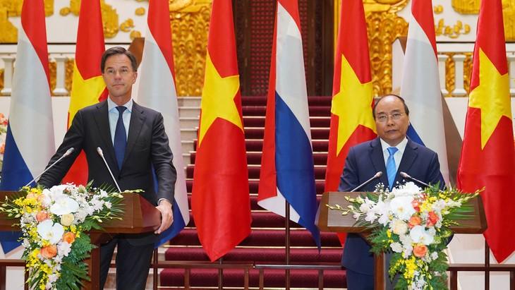 Thủ tướng Nguyễn Xuân Phúc và Thủ tướng Hà Lan Mark Rutte gặp gỡ báo chí sau hội đàm. Ảnh: Hiếu Nguyễn