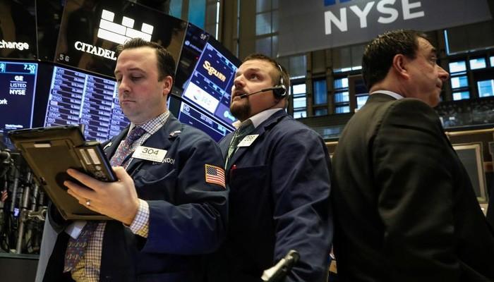 Các nhà giao dịch trên sàn NYSE - Ảnh: Reuters.