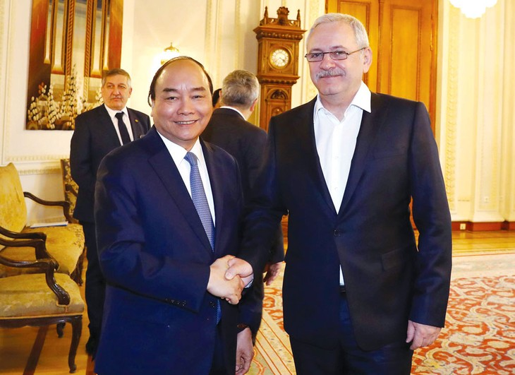 Thủ tướng Nguyễn Xuân Phúc hội kiến Chủ tịch Hạ viện Romania Liviu Dragnea. Ảnh: Thống Nhất