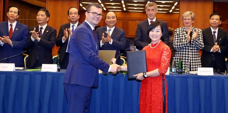 Lễ ký kết và trao đổi Biên bản ghi nhớ giữa Hãng hàng không Bamboo Airways và Sân bay quốc tế Praha với sự chứng kiến của Thủ tướng Chính phủ Nguyễn Xuân Phúc và Thủ tướng Cộng hòa Séc Andrej Babiš