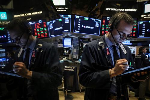 Nhân viên giao dịch trên Sàn chứng khoán New York (NYSE). Ảnh:Reuters