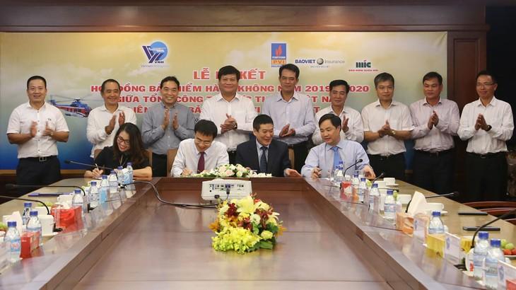 Lễ ký kết hợp đồng bảo hiểm giữa Liên danh PVI - Bảo Việt - MIC và Tổng công ty Trực thăng Việt Nam