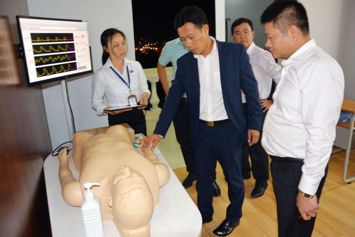 Thứ trưởng Bộ Lao động - Thương binh và Xã hội Lê Quân tham quan mô hình đào tạo nhân lực y tế xuất khẩu tại Trường Cao đẳng Lê Quý Đôn Việt - Nhật