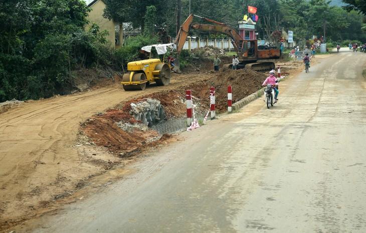 Nhiều gói thầu xây lắp mà Top 5 nhà thầu thường xuyên trúng thầu tại huyện Vĩnh Tường (tỉnh Vĩnh Phúc) đang thực hiện có tỷ lệ tiết kiệm không quá 0,1%. Ảnh: Thu Hương