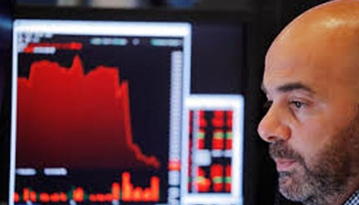 Một nhà giao dịch cổ phiếu trên sàn NYSE ở New York, Mỹ, ngày 23/8 - Ảnh: Reuters.