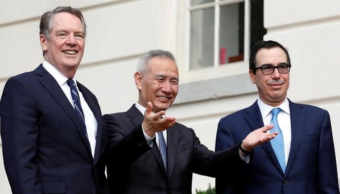 Từ trái qua: Đại diện thương mại Mỹ Robert Ligthizerr, Phó thủ tướng Trung Quốc Lưu Hạc, và Bộ trưởng Bộ Tài chính Mỹ Steven Mnuchin sau khi kết thúc ngày đàm phán đầu tiên 10/10 - Ảnh: Reuters.