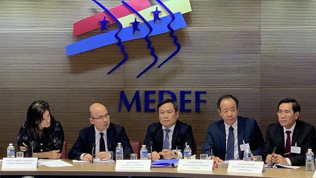Thứ trưởng Bộ KH&ĐT Vũ Đại Thắng (giữa) và Phó Chủ tịch Hội đồng Doanh nghiệp Pháp - Việt, bà Céline Charpiot-Zapolsky, chủ trì Tọa đàm Doanh nghiệp Việt - Pháp tại Paris, Pháp