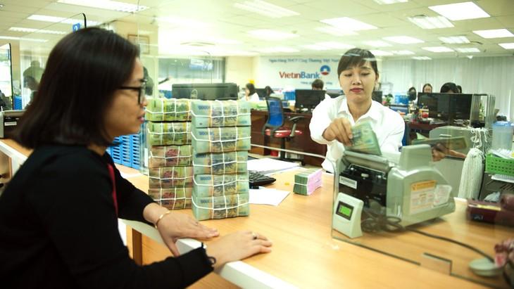 Một số ngân hàng đồng loạt giảm lãi suất cho vay VND ngắn hạn sau thông báo của Ngân hàng Nhà nước. Ảnh: Lê Tiên