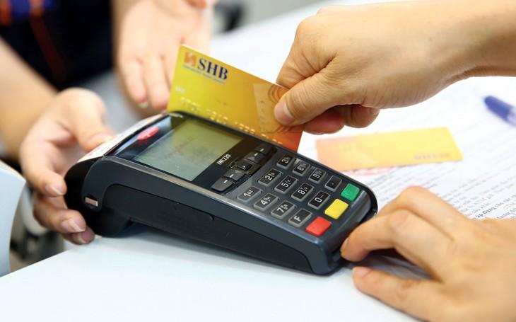 """Khi """"quẹt"""" thẻ tín dụng, cần cẩn thận để tránh bị đánh cắp thông tin thẻ và phát sinh những giao dịch gian lận. Ảnh: Lê Tiên"""