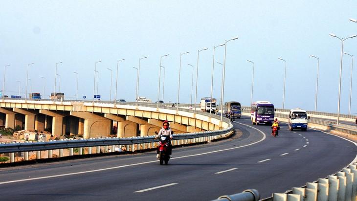 Dự án Đầu tư xây dựng cầu Vĩnh Tuy (giai đoạn 2) sẽ xây thêm một cây cầu giống cầu Vĩnh Tuy giai đoạn 1. Ảnh: Lê Tiên